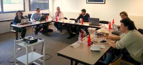 JCM : Jeunes Community Managers. Sur la photo, Anna, Nicolas, Jean-Baptiste, Carole, Maxime étaient réunis en février à Larmor-Plage pour préparer ensemble la com 2.0 du CJD Bretagne (avec Florence, qui prend la photo)